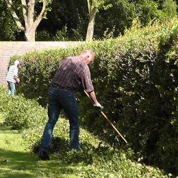 Vrijwilligers onderhoud aan het werk
