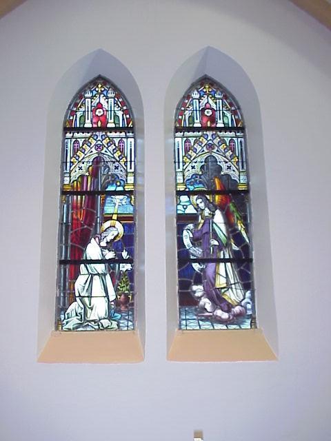 De ramen bij het Maria altaar
